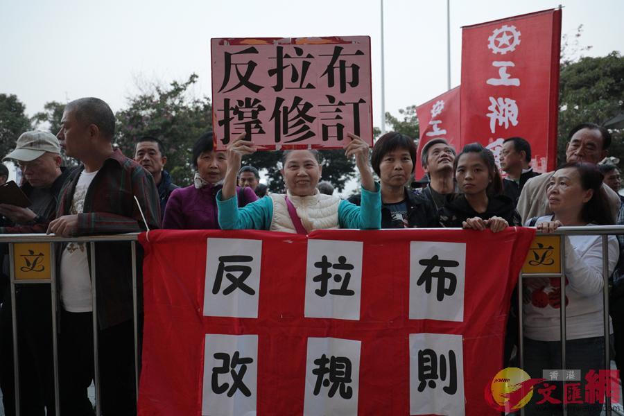 遊行現場,請願人士手持「抗議拉布」、「支持修改議事規則」等標語