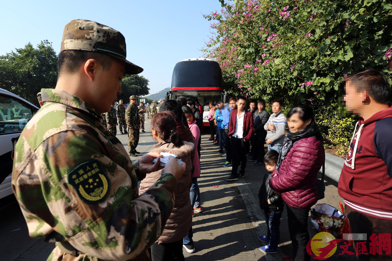 廣東邊防官兵逐一核對涉嫌偷渡人員信息。