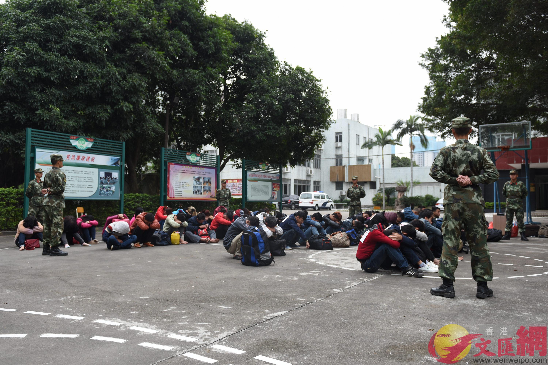 廣東邊防現場抓獲52名外籍偷渡人員。