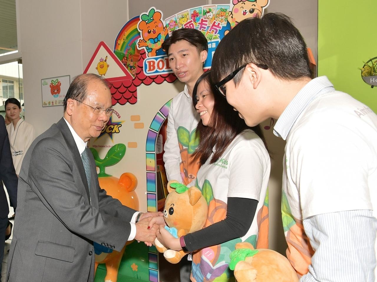 張建宗(左一)在網誌提及,與三地青年及在內地創業的港人會面。(政務司司長網頁)