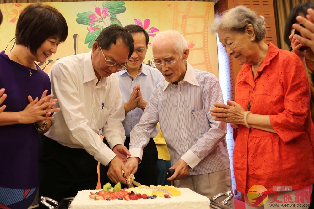 圖:余光中的最後一次公開露面,是台灣中山大學為其慶祝90大壽(虛歲),妻子范我存(右一)亦陪同出席。資料圖片