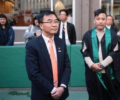 港專校長陳卓禧於典禮後與學生對話