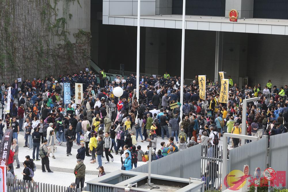 ▲遊行人士獲准在政總東翼前地集會,卻得寸進尺、大演衝擊騷。記者何嘉駿攝