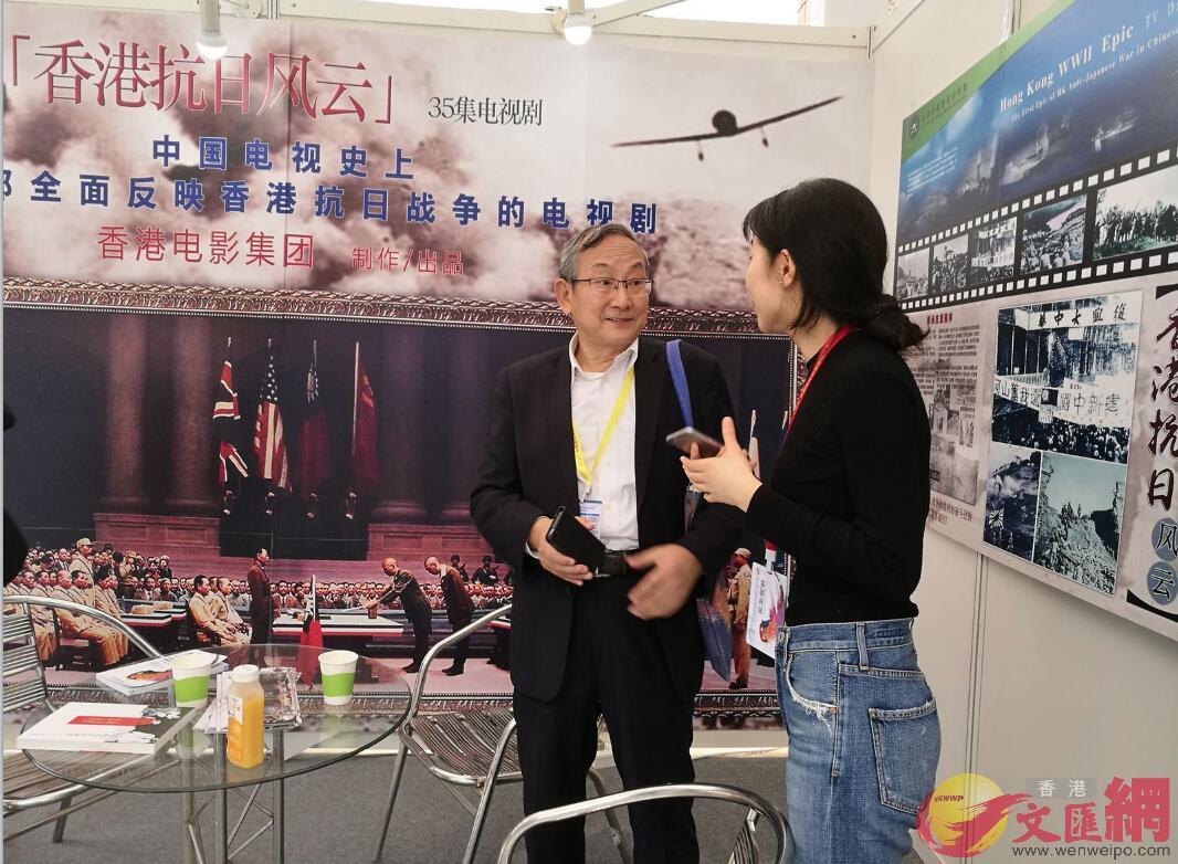 鍾敏強(左一)準備打造第一部全面反映香港抗戰的電視劇(記者 石華 攝)