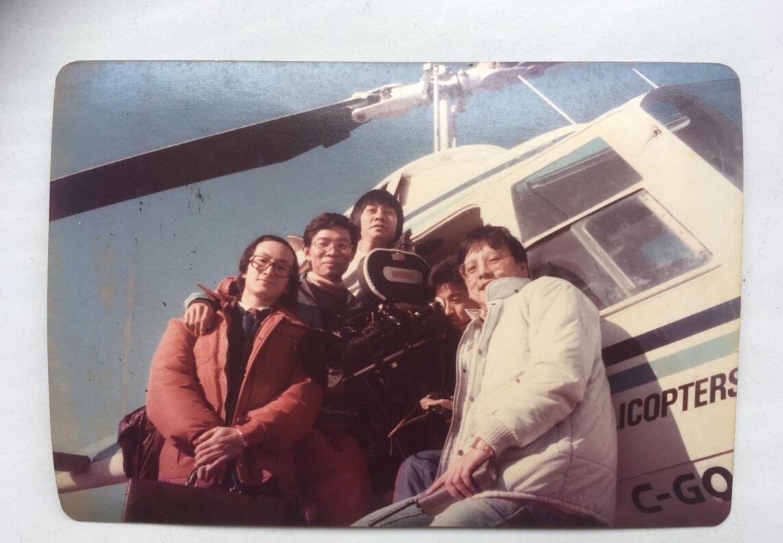 鍾敏強1984年率領攝制組在加拿大拍攝邵氏投資出品的電影《再見冤家》(左一為製片鍾敏強,右一為導演冼杞然)