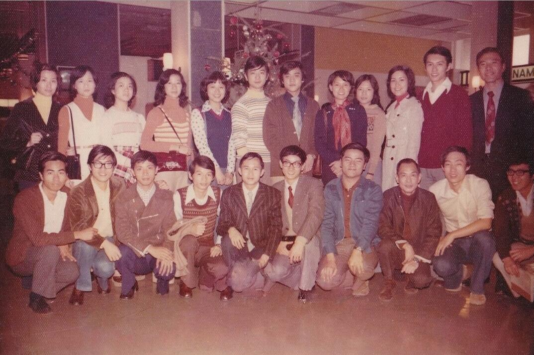 鍾敏強(前排中間戴眼鏡系紅領帶者)70年代與長城電影公司的同事們合照(受訪人供圖)