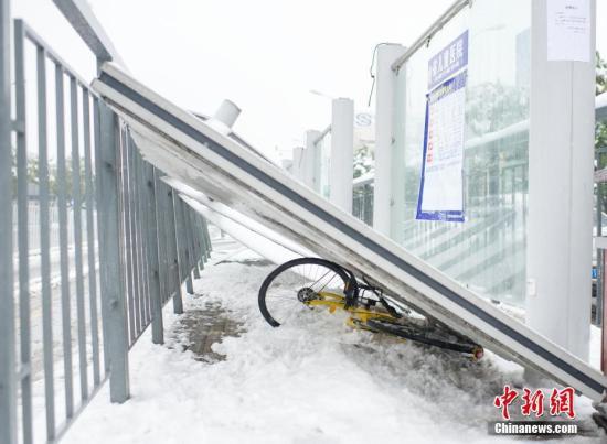 1月4日,安徽合肥望江路衞崗公交站台被雪壓倒。合肥市公交集團在公交站台貼出告示:「公交站台存在安全隱患,請到路邊候車」。 (來源:中新網)