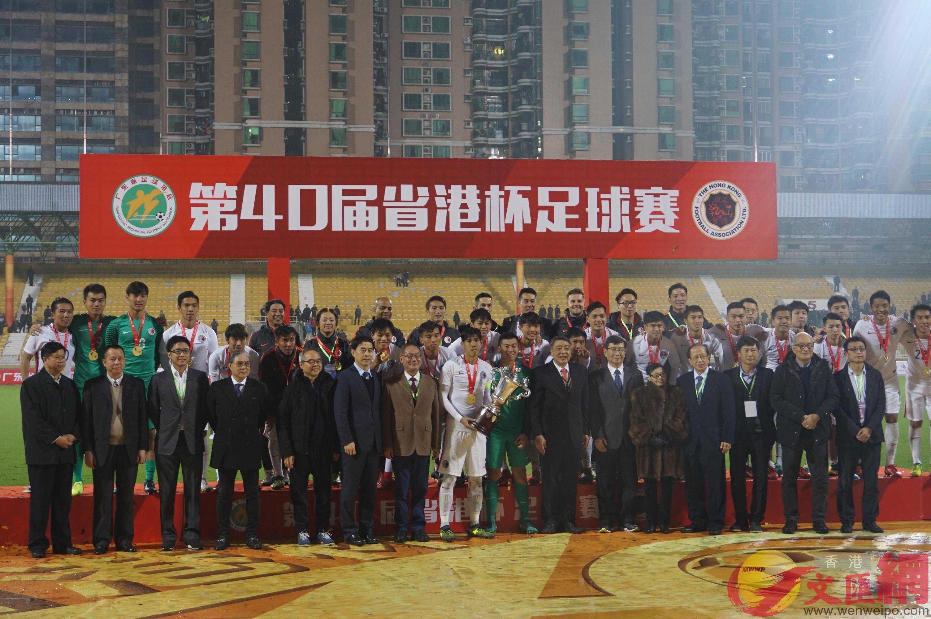港隊舉起省港杯冠軍獎盃(敖敏輝 攝)