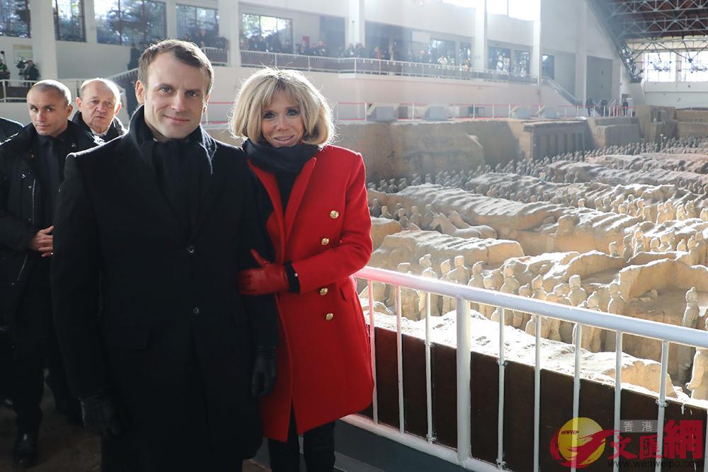1月8日,馬克龍抵達西安,與夫人特羅尼厄參觀兵馬俑(法新社、美聯社)