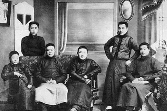 1914年,南開成立最早的新劇業餘演出團體「南開新劇團」。圖為主要演員合影,後排左一為周恩來。