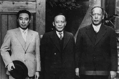 1946年9月16日,周恩來為抗議國民黨破壞和平談判,憤然離開南京到上海。圖為他與李維漢(右)、郭沫若在中共代表團駐上海辦門前。