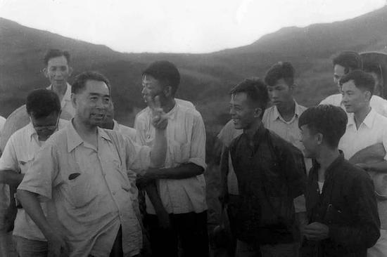 1958年,周恩來視察懷柔水庫建設工地。