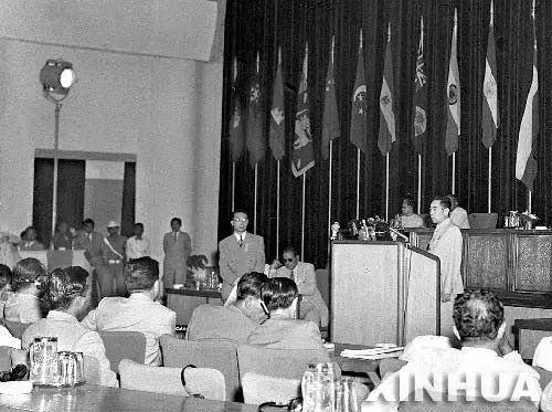 1955年4月,萬隆會議立國威。周總理不畏艱險,力挽狂瀾,將中國求同存異、和平共處的外交理念宣告世界。