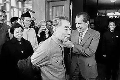 1972年2月23日北京,尼克松知道周恩來一隻手臂受過傷,主動為其脫下大衣。尼克松訪華後說:「他待人很謙虛,但沉著堅定,優雅的舉止,直率而從容的姿態,有巨大的魅力和泰然自若的風度。」