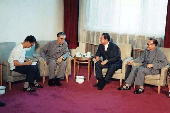 1975年9月,周恩來在醫院抱病會見羅馬尼亞黨政代表伊利耶·維爾德茨。這是他生前最後一次會見外賓。