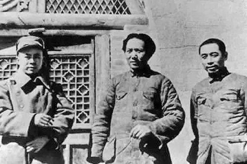 1938年,毛澤東、周恩來、任弼時在延安。