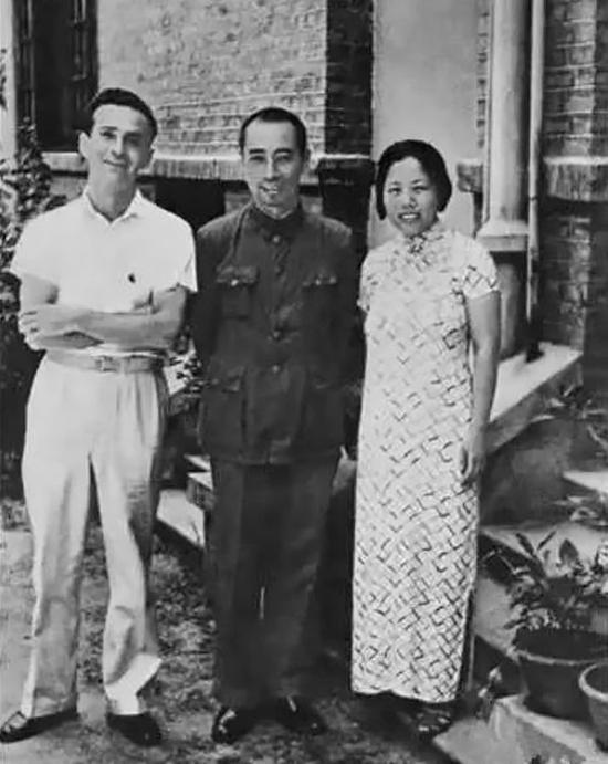1938年,他們在武漢會見美國著名記者和作家、《西行漫記》作者埃德加·斯諾。