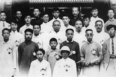 1920年7月,在堅決鬥爭和各界愛國群眾的聲援下,反動當局被迫將被捕人員釋放。圖為周恩來(四排右二)等人出獄後的合影。