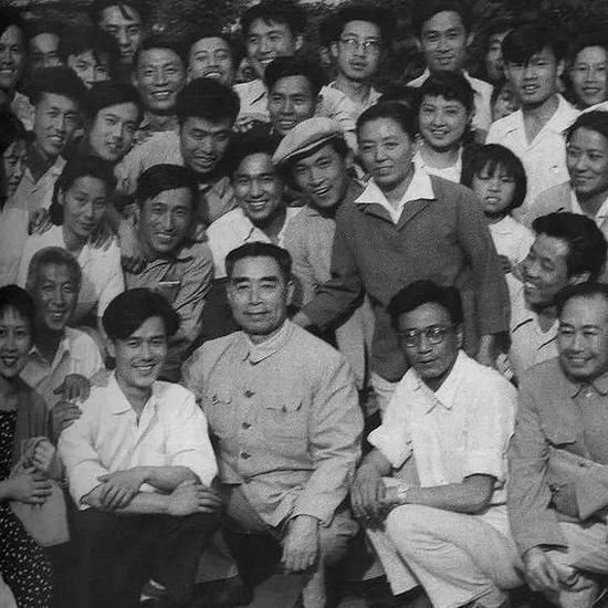 1962年,周恩來視察長春電影製片廠時的合影。周恩來一生關心文藝工作,經常接見在文藝工作者、電影工作者。