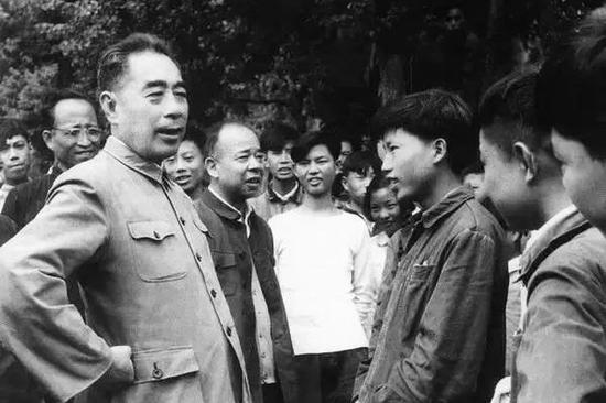 1961年,周恩來與廬山同大學生親切交談。