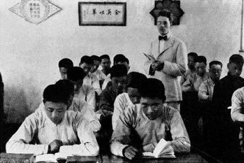 1913年,周恩來(前排左一)在天津南開學校讀書。