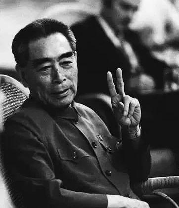 1971年,周恩來接見的美國記者不懷好意問:「中國現在四億人,要修多少廁所?」他輕輕一笑回答:「兩個!一個男廁所,一個女廁所。」