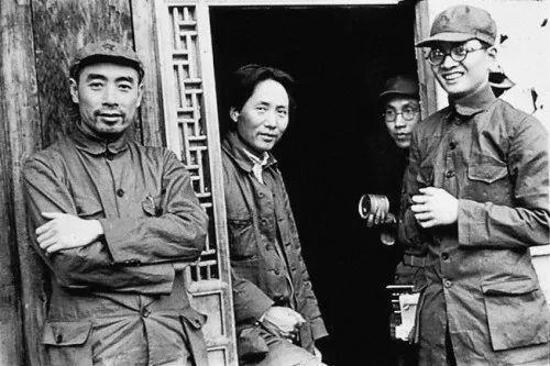 1937年,毛澤東(左二)、周恩來(左一)、博古(右一)在延安。