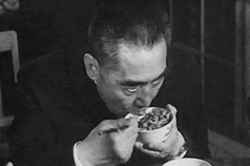 文革期間,周恩來在視察大慶時為了節省時間工作而狼吞虎嚥。