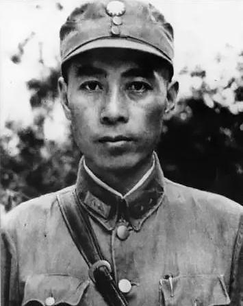 1937年12月,周恩來代表中國共產黨到國民黨所在地武漢,從事抗日民族統一戰線工作。