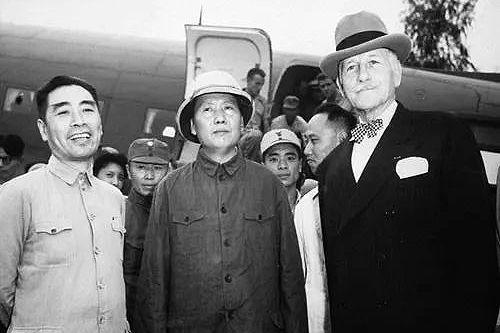 1945年8月,毛澤東與周恩來赴重慶談判,右為美國駐華大使赫爾利。