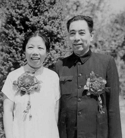 1950年8月8日中南海西花廳,兩人結婚25周年留影。
