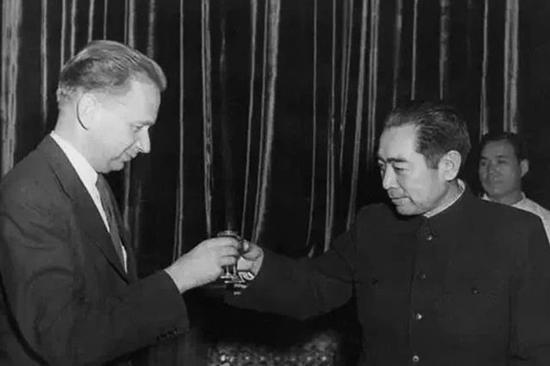 1955年1月,周恩來總理設宴為聯合國秘書長哈馬捨爾德餞行。哈馬啥爾德評價他說:「與周恩來相比,我們簡直就是野蠻人。」