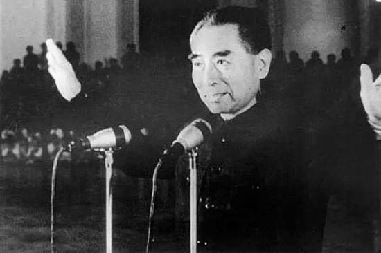 1964年10月16日,周恩來宣佈我國第一顆原子彈爆炸成功。