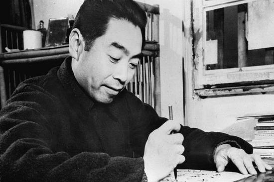 1938年,周恩來在重慶曾家巖50號辦公室。1938年12月至1946年5月,他在此工作近8年,成為他抗戰時期最主要的陣地。