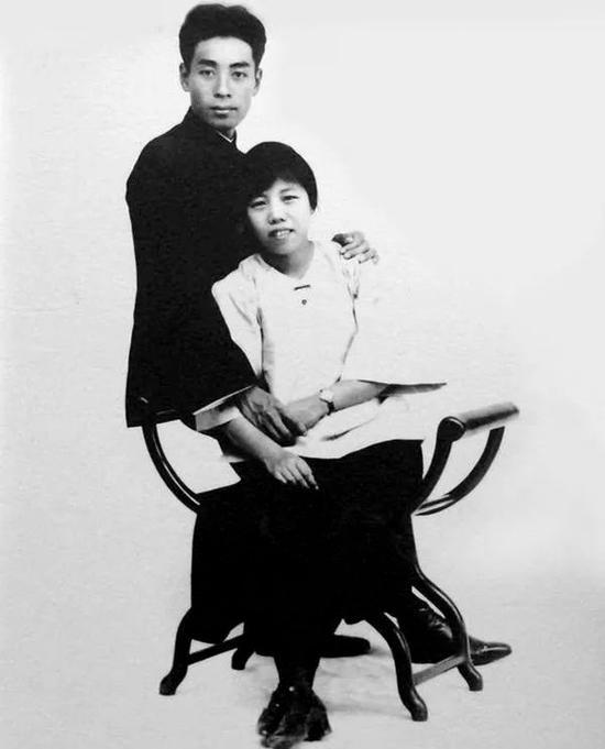 1925年,在廣州結婚期間留影,這一年,周27歲,鄧21歲,沒有儀式、沒有滿座的高朋。第二天一早,周恩來就走了,忙於指揮省港大罷工。