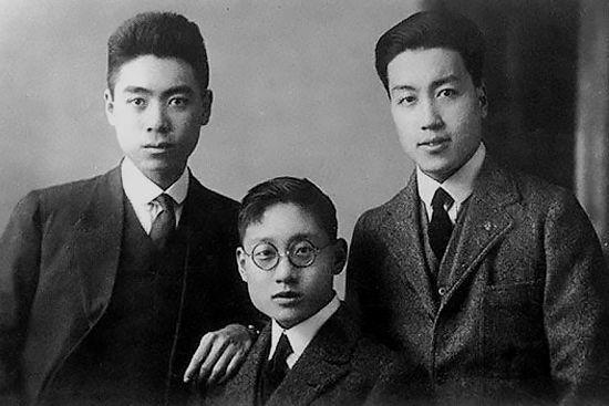 1921年,周恩來與李福景、常策歐倫敦合影。李福景為周恩來南開摯友,與吳國楨三人合稱「南開三劍客」;1914年,周恩來與常策歐等人組織了「敬業樂群會」。