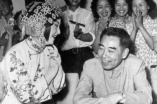 1956年,周恩來在北京觀看漢劇《櫃中緣》後,接見演員。
