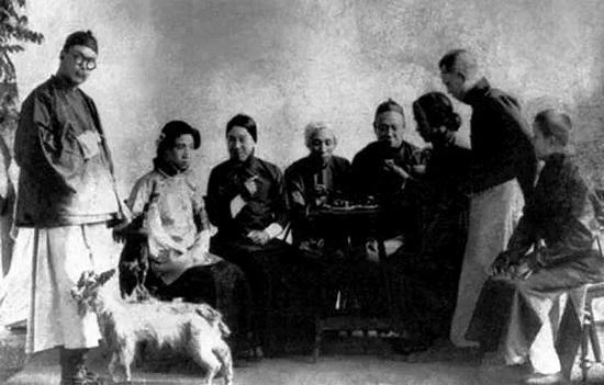 他(左二)在《仇大娘》中飾演女主角范慧娘。