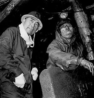 1958年9月,周恩來在唐山開灤唐家莊礦井與礦工在一起。