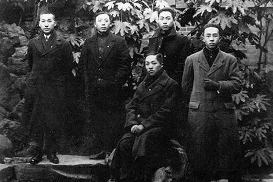 1917年9月,周恩來(後排右一)赴日本求學。圖為留日學生合影。周恩來去往日本時為同學寫下「願相會於中華騰飛世界時」。
