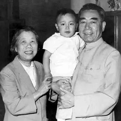 1962年,周恩來、鄧穎超同工作人員的孩子在西花廳合影。