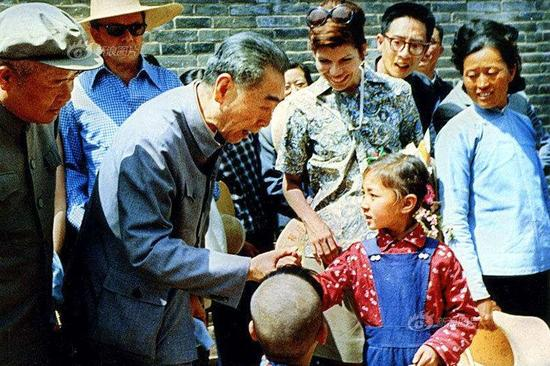 1973年4月,周恩來在山西大寨村視察。