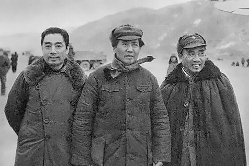 1946年11月,毛澤東、周恩來、朱德在一起。