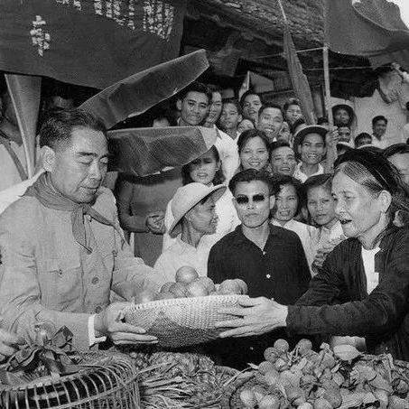 1960年8月,周恩來訪問越南時,越南農民向他贈送禮物。