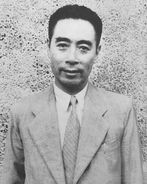 周恩來在上海周公館。1946年~1947年國共談判期間,周恩來在此工作、生活,並接待美國總統特使馬歇爾,舉行中外記者招待會。