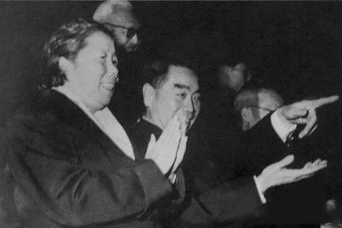 1964年,周恩來與鄧穎超觀看體育比賽。