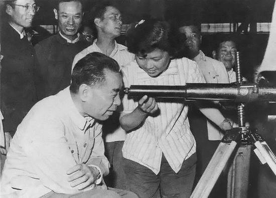 1962年6月,周恩來視察國營齊齊哈爾和平機器廠。