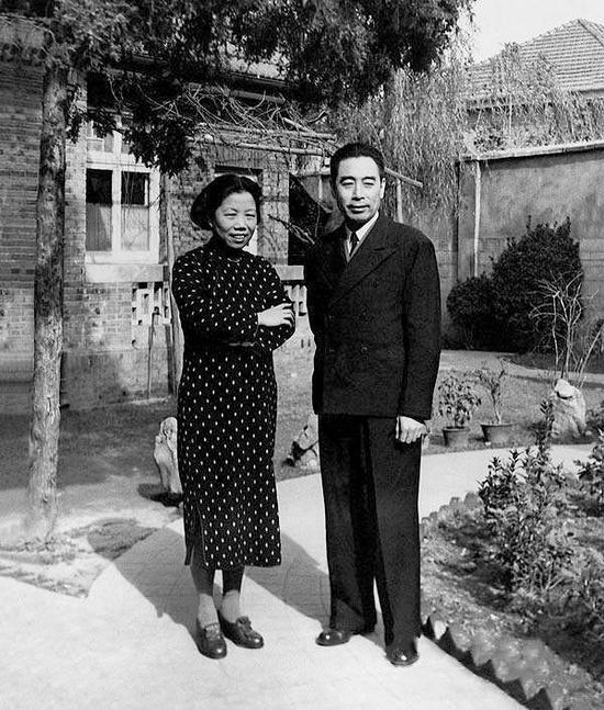 1946年,兩人在南京中共代表團駐地梅園新村30號院內。