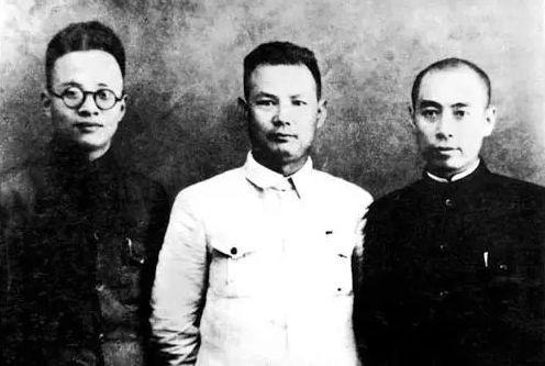 1936年12月「西安事變」,應張學良電邀,中共中央委派周恩來(右)、葉劍英(中)、秦邦憲(左)赴西安,協助張學良、楊虎城迫使蔣介石接受停止內戰、一致抗日的主張。