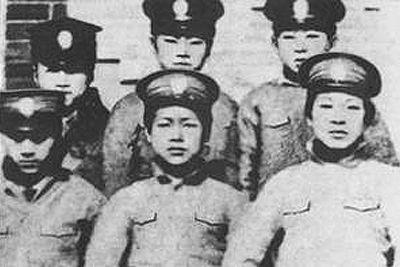 1912年,瀋陽東關模範學校成立兩周年師生合影,前排中為周恩來。
